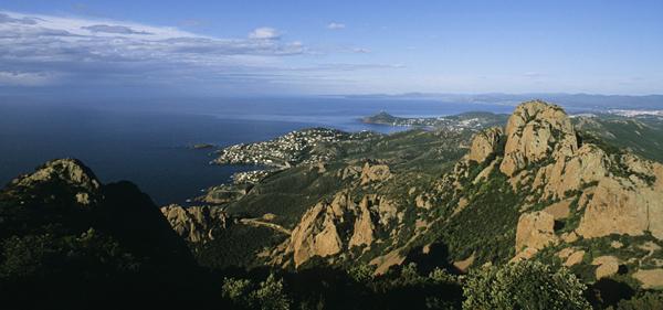 Vom Gipfel auf dem Cap Roux im Estérel-Massif geniesst man einen Blick über die gesamte Küste bis nach St.Tropez, Esterel-Massif, Cote d'Azur, Frankreich