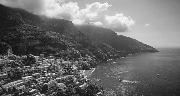 Positano unter den Felsen der Monti Lattari, Amalfiküste, Kampanien, Italien