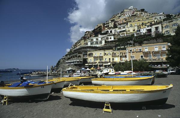 Fischerboote am Strand von Positano, Amalfiküste, Kampanien, Italien