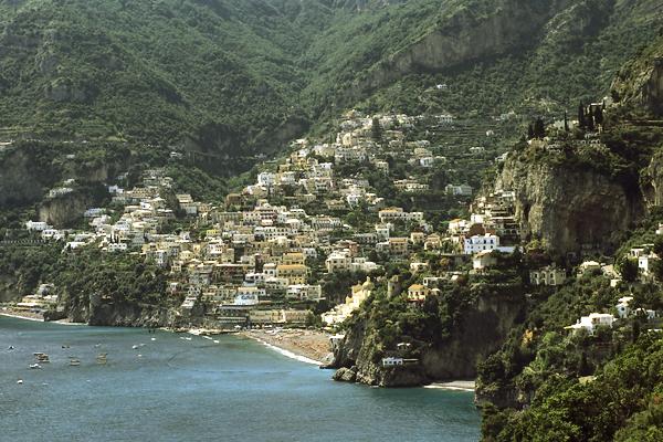 Häuser von Positano an den steilen Hängen der Amalfiküste, Kampanien, Italien