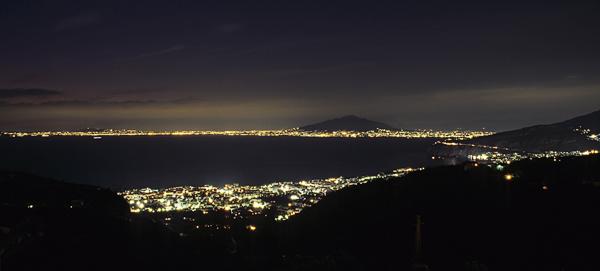 Bucht von Sorrent mit Neapel und Vesuv bei Nacht, Kampanien, Italien
