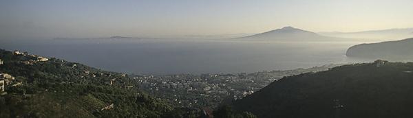 Panorama von Sorrent, dem Vesuv und Neapel, Kampanien, Italien