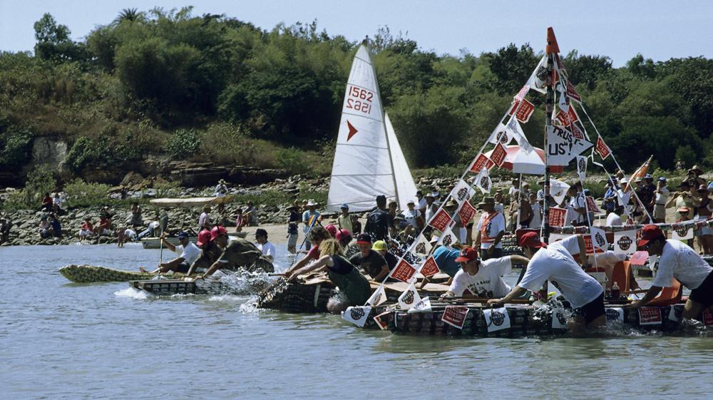 Jedes Jahr findet in Darwin, Australien, die Beer Can Regatta am Mindil Beach statt