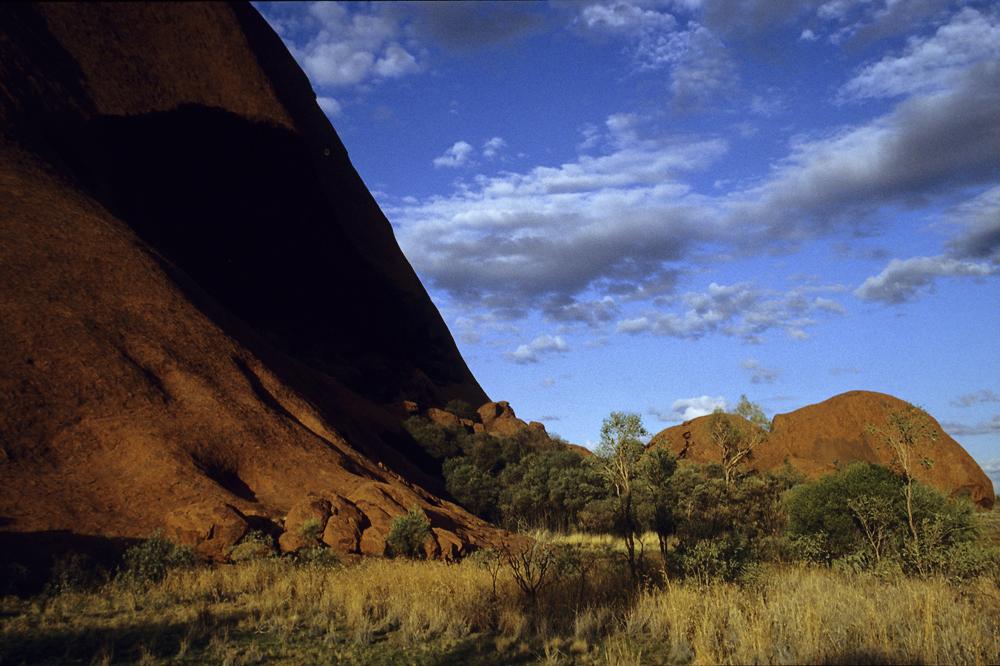 Am Fusse des Uluru (Ayers Rock), einem heiligen Berg der australischen Ureinwohner