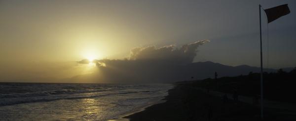 Am schwarzen Strand von Baia Domizia mit Blick auf die Monti Aurunci , Kampanien, Italien