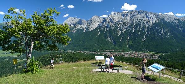 Blick vom Hohen Kranzberg (1391 m) auf Mittenwald und die Nördliche Karwendelkette, Bayern, Deutschland