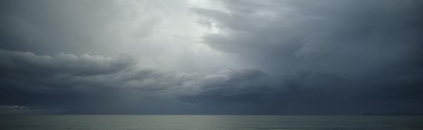 Sturmwolken ziehen am Strand von Baia Domizia auf, Kampanien, Italien