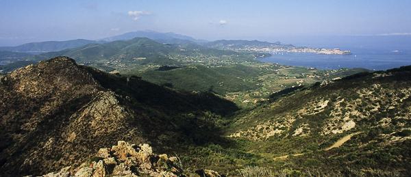 Blick vom Monte Castello über Portofrraio bis zum Monte Capanne, Elba, Toskana, Italien