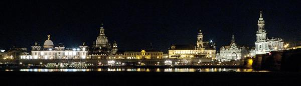 Panorama der Altstadt von Dresden vom Neustädter Elbufer, Sachsen, Deutschland