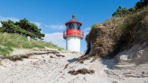 Der Leuchtturm Gellen hinter den Dünen am Strand der Insel Hiddensee, Mecklenburg-Vorpommern, Deutschland