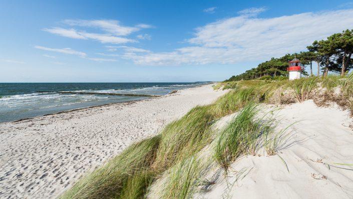 Der Leuchtturm Gellen hinter den Dünen am Strand der Insel Hiddensee