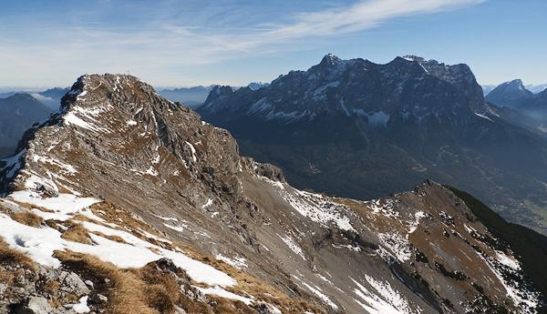 Gipfel des Daniel vor dem Wettersteinmassiv und der Zugspitze, Tirol, Österreich