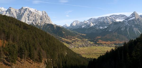 Blick auf Ehrwald, Wetterstein und Mieminger Kette, Tirol, Österreich