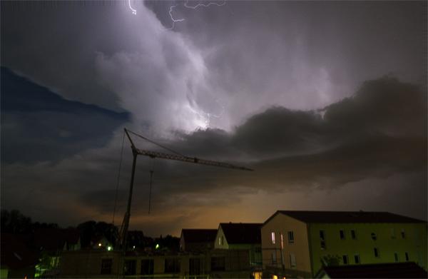 Sommerliche Gewitterfront zieht über Bayern, Deutschland