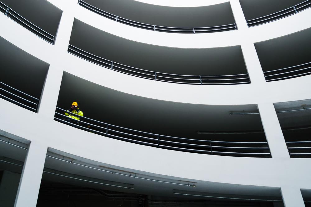 Fotograf in einer Parkhaus-Spindel auf der Baustelle des Flughafen Berlin-Brandenburg BER