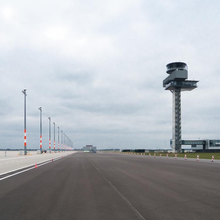 Leeres Vorfeld des neuen Hauptstadtflughafen in Berlin BER
