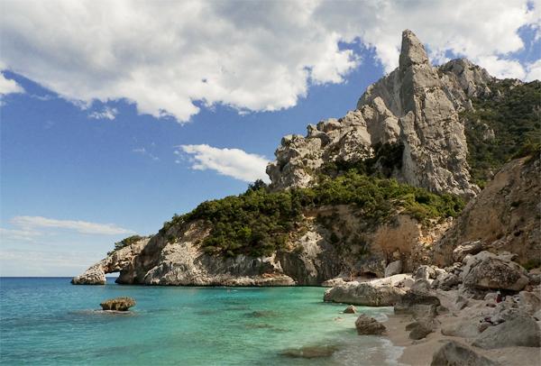 Wilde Feszacken überragen den weissen Kiesstrand der Cala Goloritzé im Golf von Orosei, Sardinien, Italien