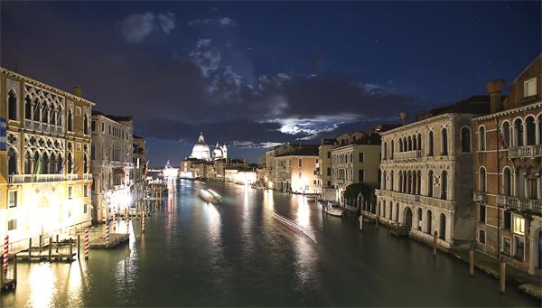 Blick von der Accademia-Brücke auf den Canal Grande bei Nacht, Venedig, Italien