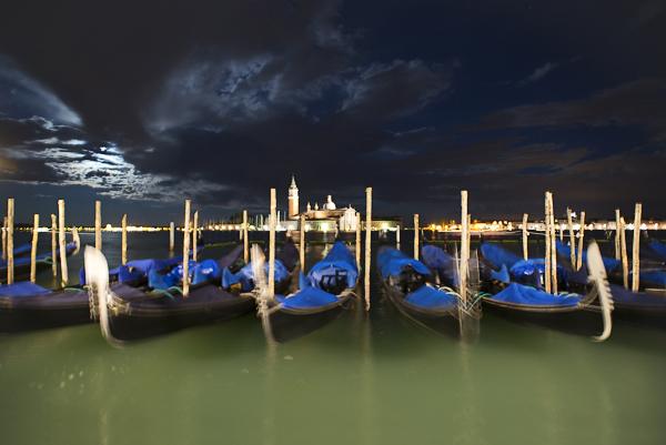Gondeln an der Piazetta San Marco vor San Giorgio bei Nacht