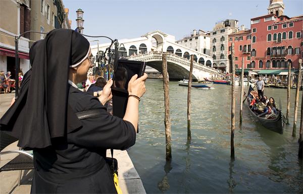 Reisende fotografieren die Rialtobrücke, Venedig