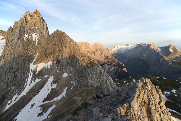 Sonnenaufgang über der Meilerhütte, Dreitorspitze und Wettersteinmassiv, Bayern, Deutschland