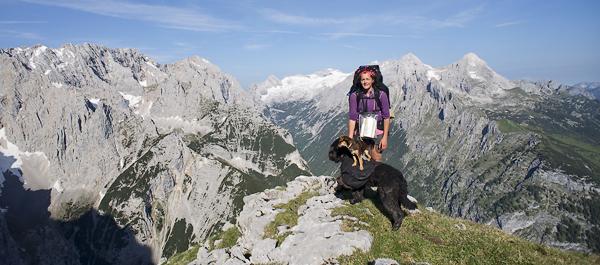 Lina mit HUnden vor dem Wettersteinmassiv, Bayern, Deutschland