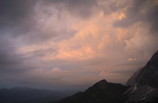 Dramatische Wolkenbilder über dem Schachenhaus, Wettersteingebirge, Bayern, Deutschland