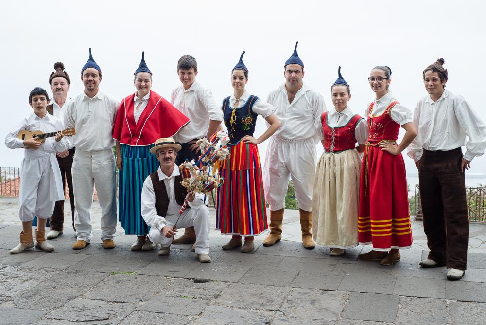 Vor der Wallfahrtskirche von Monte in Funchal, Madeira, wartet diese bekannte traditionelle Musikgruppe auf ihr Konzert zur Feier des 500-jährigen Bestehens des Bistums Funchal