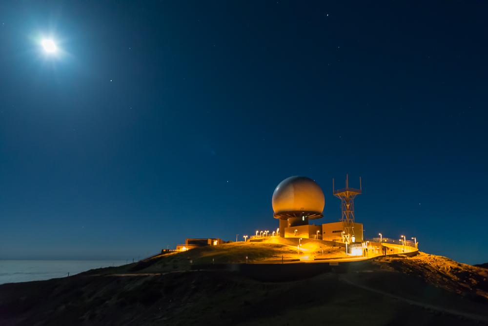 Die Radarstation auf dem Gipfel des Pico do Arieiro (1818 m) auf Madeira wirkt in dieser Bergwelt unter einem Vollmond so fremd wie eine Raumstation