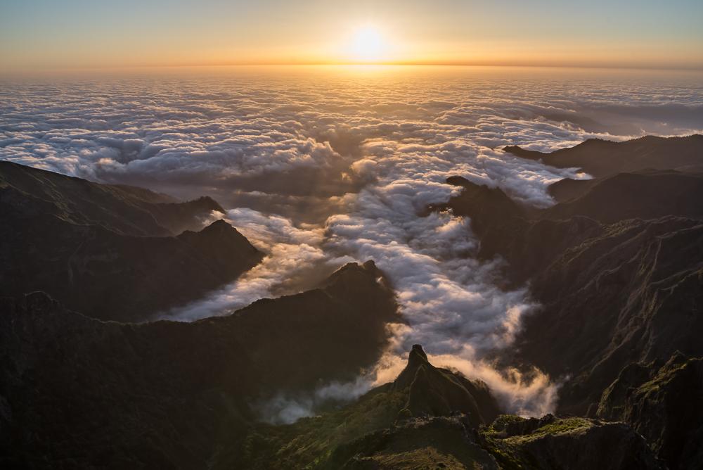 Sonnenaufgang über Madeira auf dem Gipfel des Pico do Arieiro