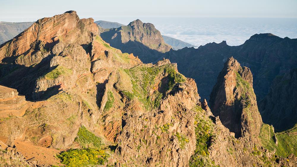 Der spektakuläre Aussichtspunkt \'Miradouro Minho da Manta\' liegt im Felsgewirr auf der Wanderung vom Pico do Arieiro zum Pico Ruivo über das Dach von Madeira.