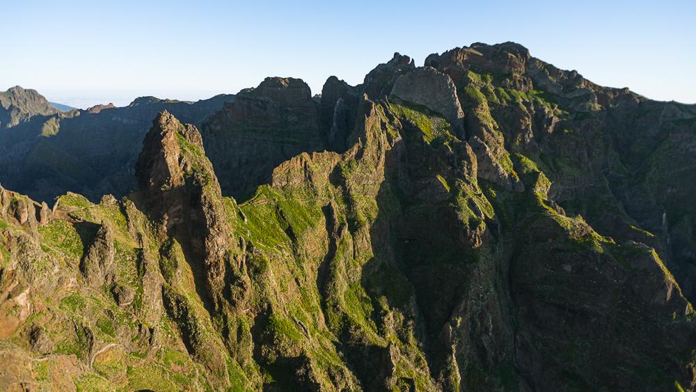Der Wanderweg vom Pico do Arieiro zum Pico Ruivo auf Madeira führt spektakulär und luftig über Grate, durch Felswände und Tunnels antlang des Pico do Gato und Pico des Torres.