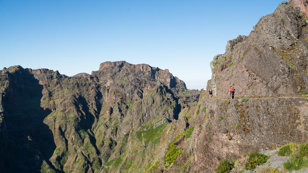 Der Wanderweg entlang der Felswände des Pico des Torres steht exemplarisch für den einzigartig angelegten Weg durch die Gipfelwelt von Madeira.