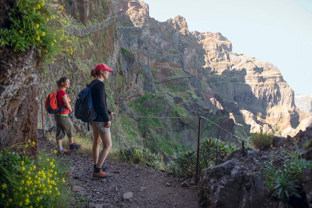 Auf Felsbändern und Tunnels führt der Weg entlang des Pico des Torres zum Pico Ruivo durch die Berge von Madeira