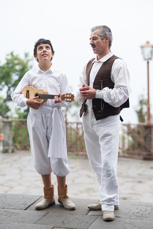 Musiker warten vor der Wallfahrtskirche Monte in Funchal, Madeira, auf ihren Auftritt