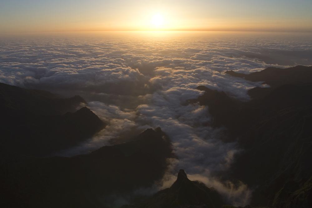 Sonnenaufgang über Madeiro auf dem Gipfel des Pico do Arieiro
