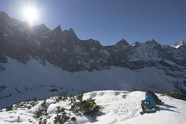 Blick vom winterlichen Ladizköpfel auf Falkenhütte, Laliderer Spitz bis hin zur Birkkarspitze,Tirol, Österreich