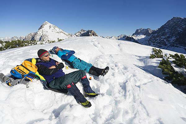 Sonnenbad auf dem Ladizköpfel an der Falkenhütte, Karwendel, Tirol, Österreich