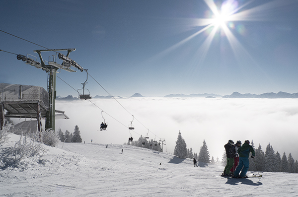 Panorama von Skigebiet Brauneck an einem sonnigen Wintertag