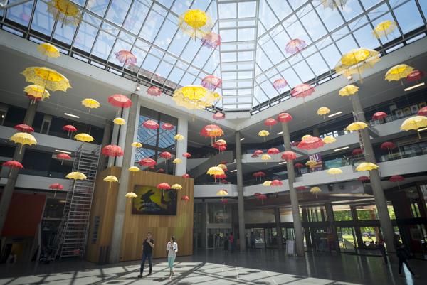 Kunstinstallation im Kulturzenrum 'Centre Bonlieu' im Herzen der Stadt Annecy und dem Park 'Paquier' am Ufer des Lac d'Annecy