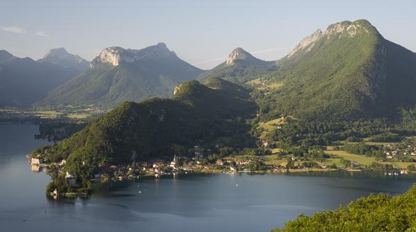Von Duingt führt eine aussichtsreiche Wanderung über die Bergrücken von Taillefer (links) und den Montagnes d'Entrevernes (rechts) am Lac d'Annecy, Savoyen, Frankreich