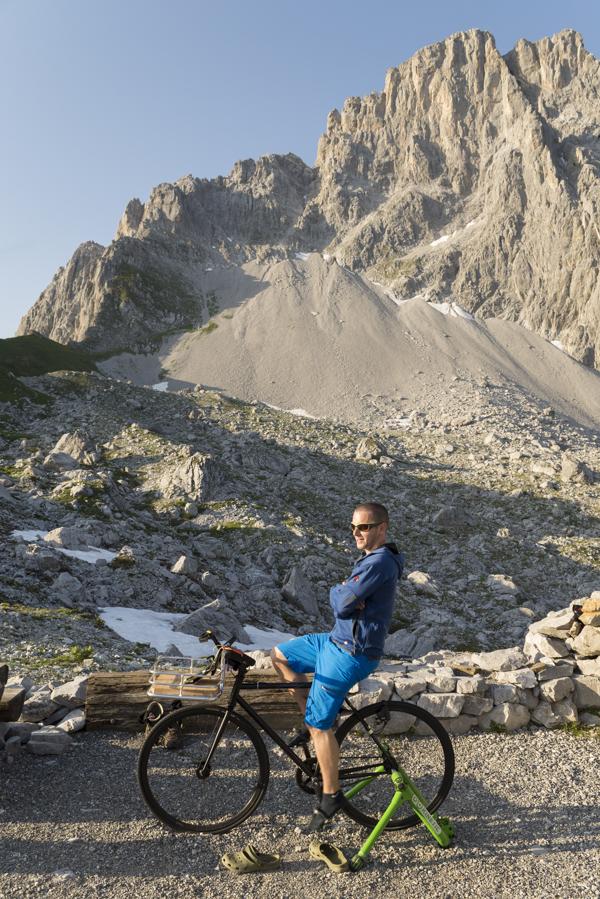 Trainingsrad zum Laden von Akkus auf der Carschinahütte vor der Sulzfluh, Rätikon, Graubünden, Schweiz