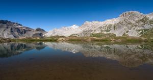 Col des Eaux Froides, Wildhorn im Spiegel des Sees am Plan du Roses, Berner Oberland, Schweiz