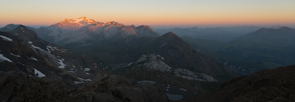 Sonnenaufgang über dem Wildhorn im westlichen Berner Oberland, Schweiz
