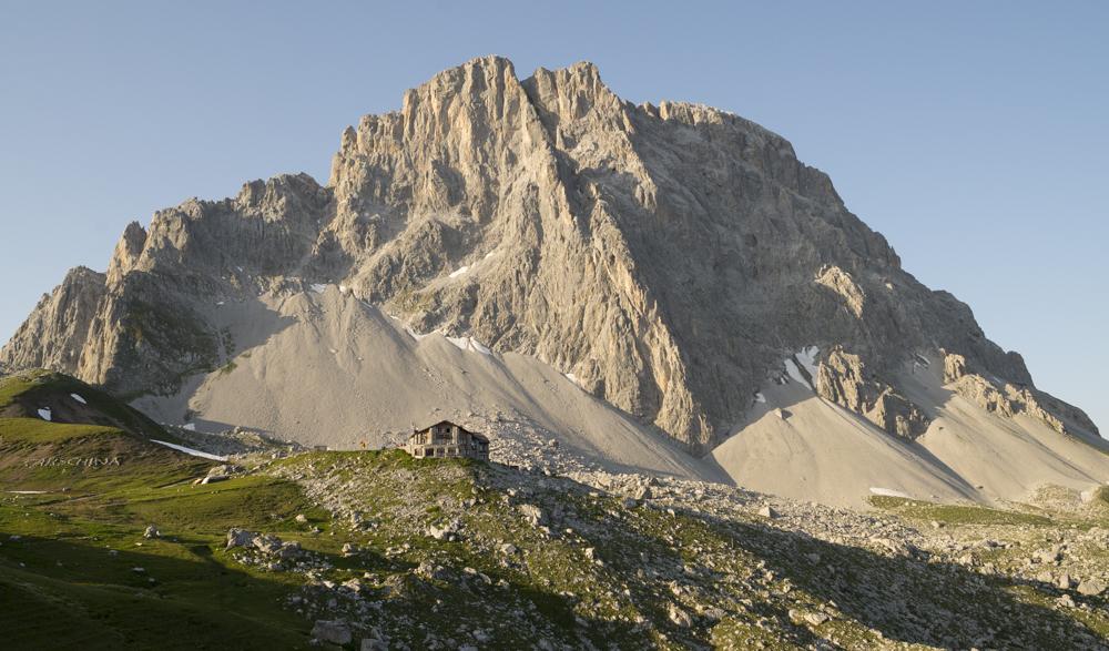 Carschinahütte (SAC) unter der Sulzfluh, Graubünden, Schweiz