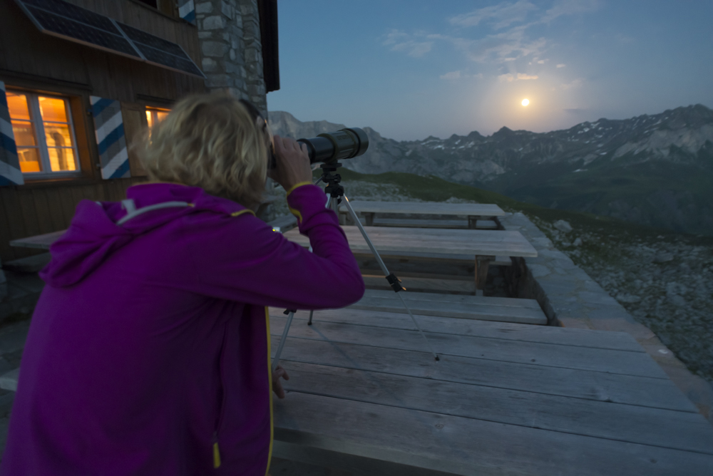 Mondbeobachtung auf der Carschinahütte, Rätikon, Graubünden, Schweiz