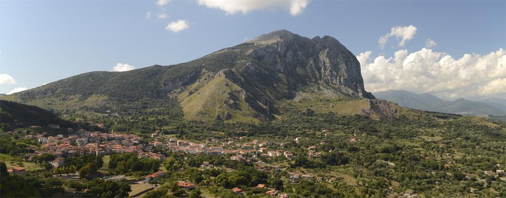 San Giovanni a Piro vor dem Monte Bulgheria, Cilento, Kampanien, Italien