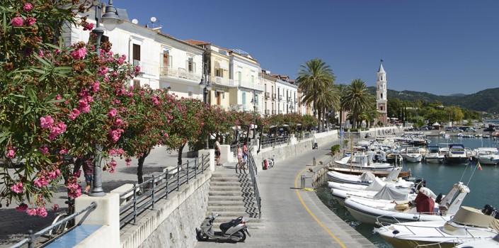 Hafenpromenade von Scario am Golf von Policastro, Cilento, Kampanien, Italien