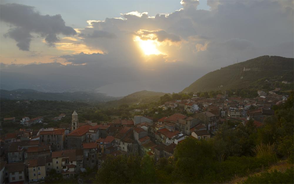 Die ersten Sonnenstrahle erhellen San Giovanni a Piro, Cilento, Kampanien, Italien
