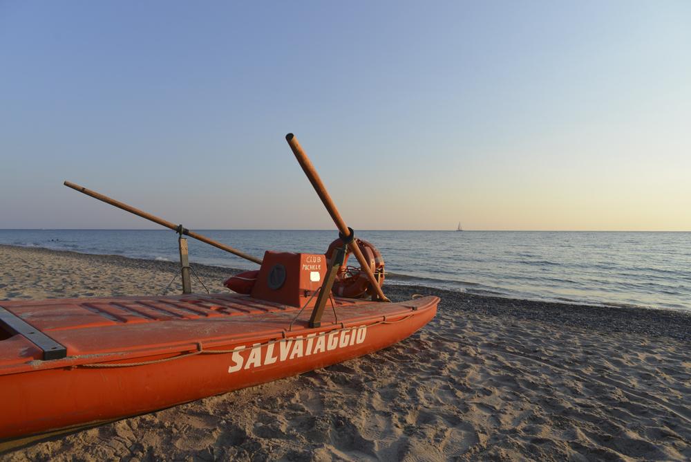Rettungsboot auf der Spiaggia Mingardo, Cilento, Kampanien, Italien
